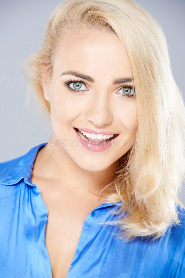 有可爱的脸色的美丽的白肤金发的妇女 库存照片