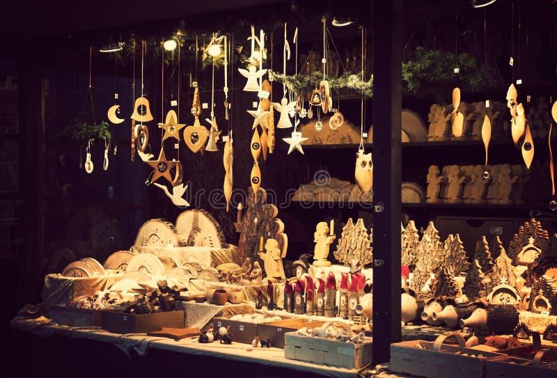 有可爱的被手工造的木xmas装饰的圣诞节公平的报亭 库存图片