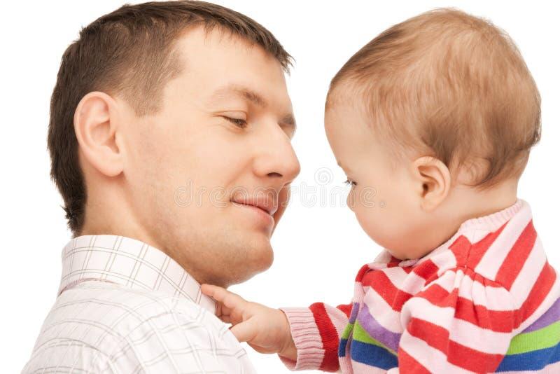 有可爱的婴孩的愉快的父亲 免版税图库摄影