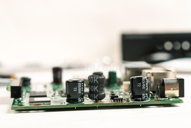 有可看见的部分的被拆卸的电子小配件在一张白色桌上 图库摄影