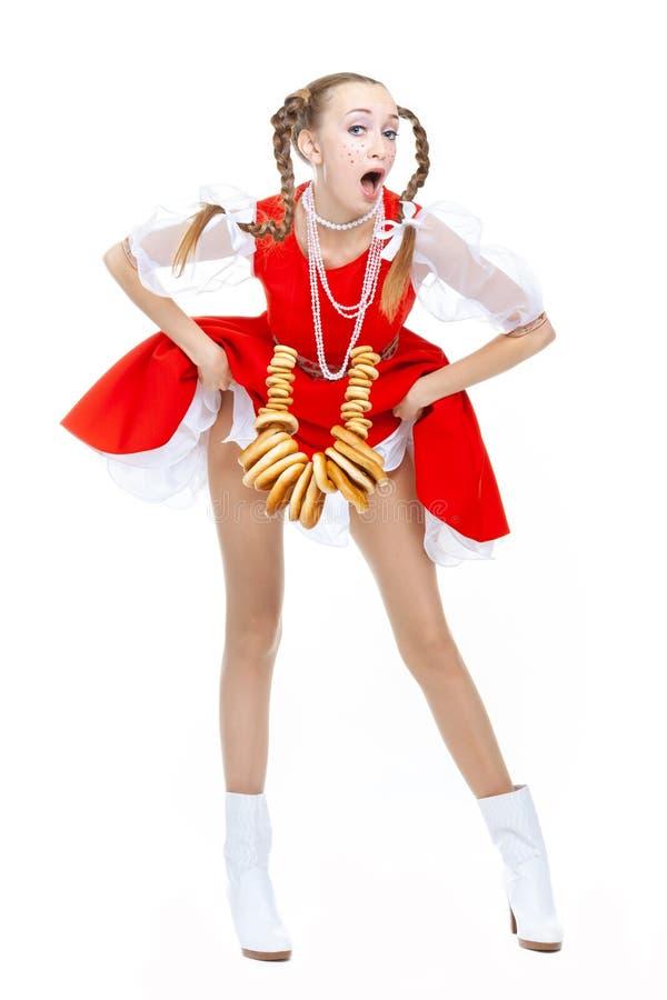 有可笑褶的俏丽的年轻快乐的妇女举礼服的吊边并且露出它长的腿 库存照片