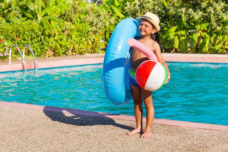 有可膨胀的圆环的,球,水池面条小男孩 免版税库存照片