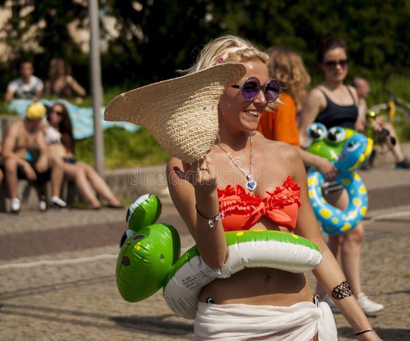 有可膨胀的海滩玩具的性感的女大学生 库存照片