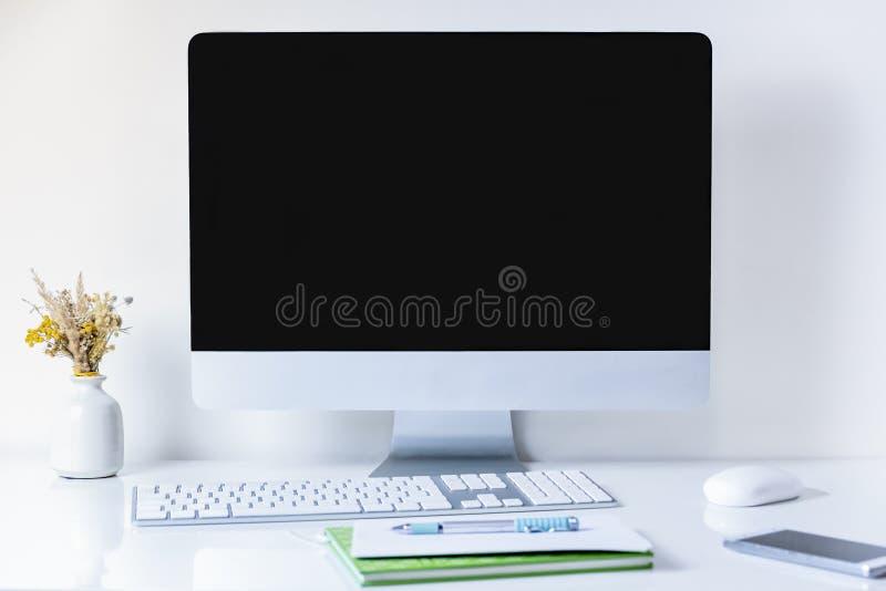 有台式电脑的干净和minimalistic办公室工作场所 免版税库存图片