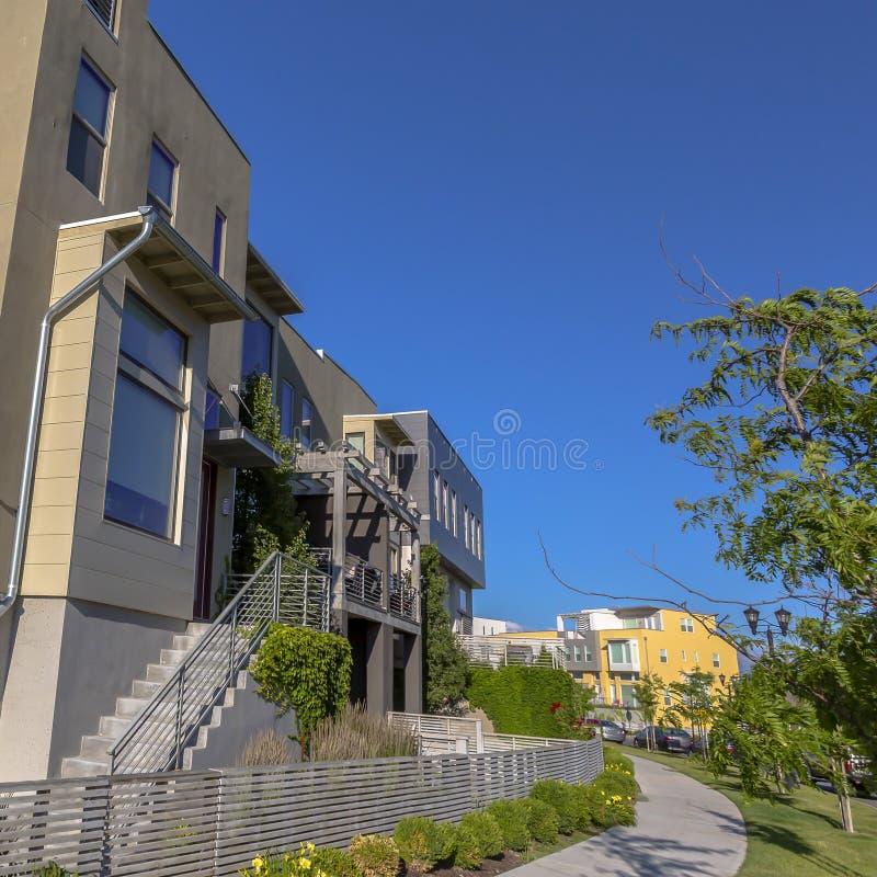 有台阶和屋顶平台的家反对天空蔚蓝 库存图片