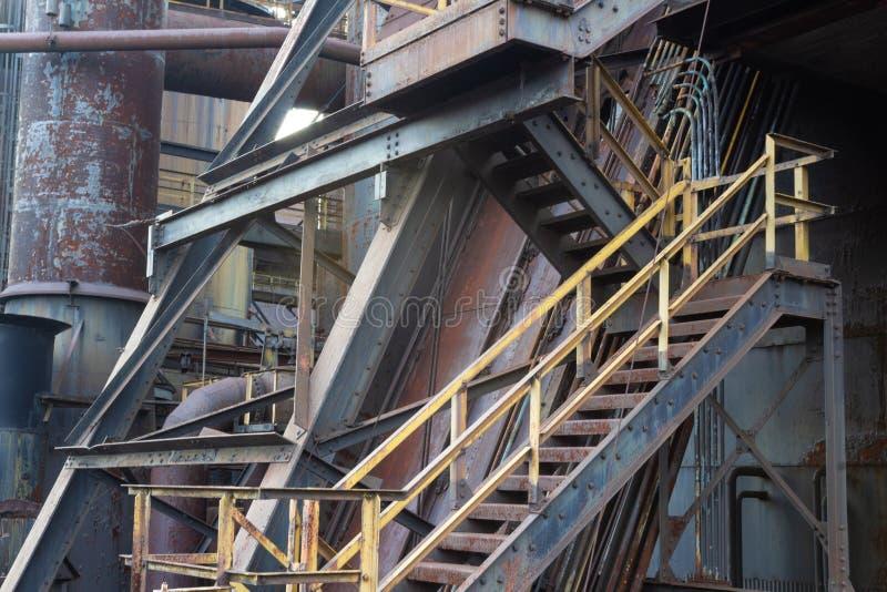 有台阶和管子的复杂工业站点,沉重织地不很细油漆和铁锈古色 免版税库存图片