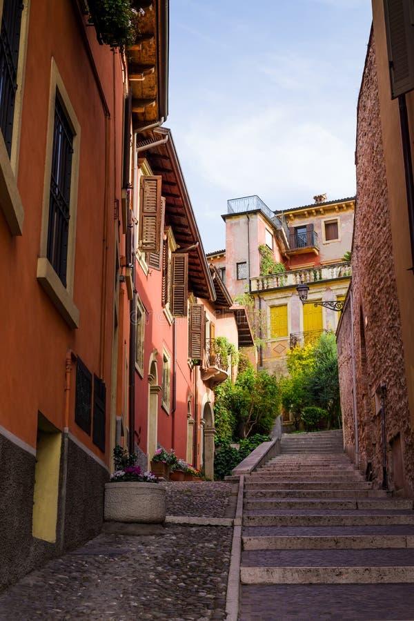 有台阶的狭窄的小的街道在维罗纳,意大利, 免版税库存图片
