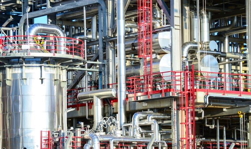 有各种各样的管子的能源厂 库存照片