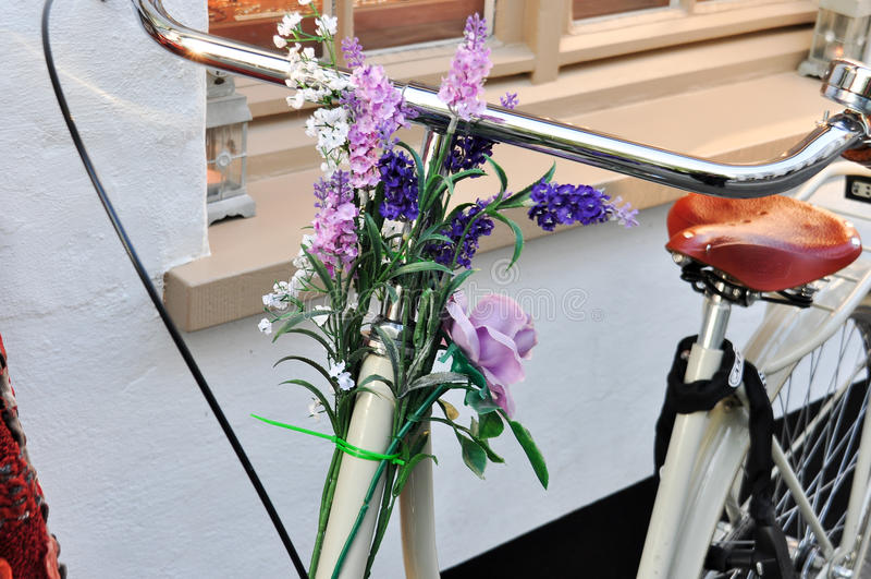 有各种各样的花的自行车 免版税库存照片