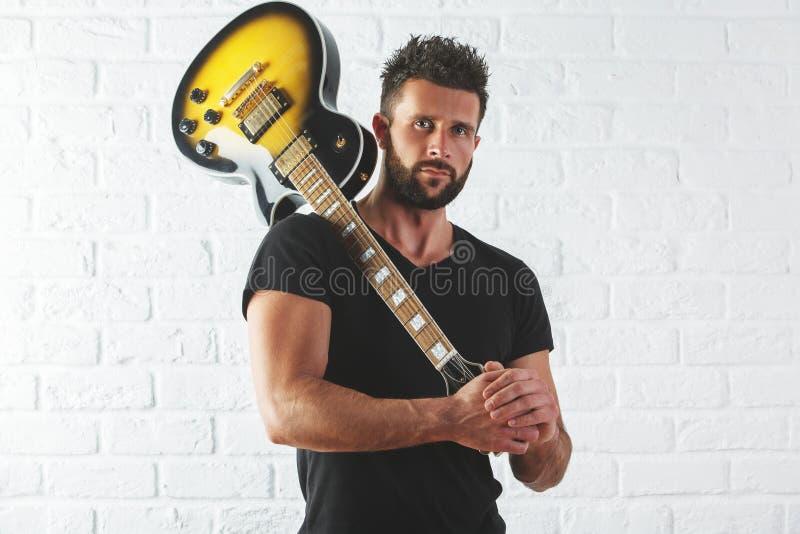 有吉他的人在肩膀 免版税库存图片