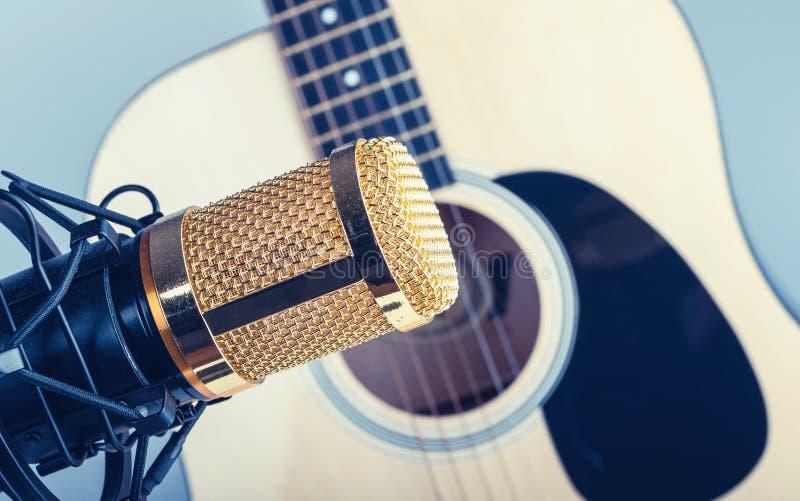 有吉他的多灰尘的电容传声器 免版税库存图片