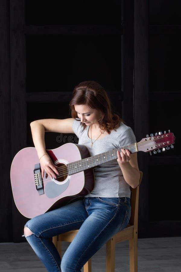 有吉他的女孩 图库摄影