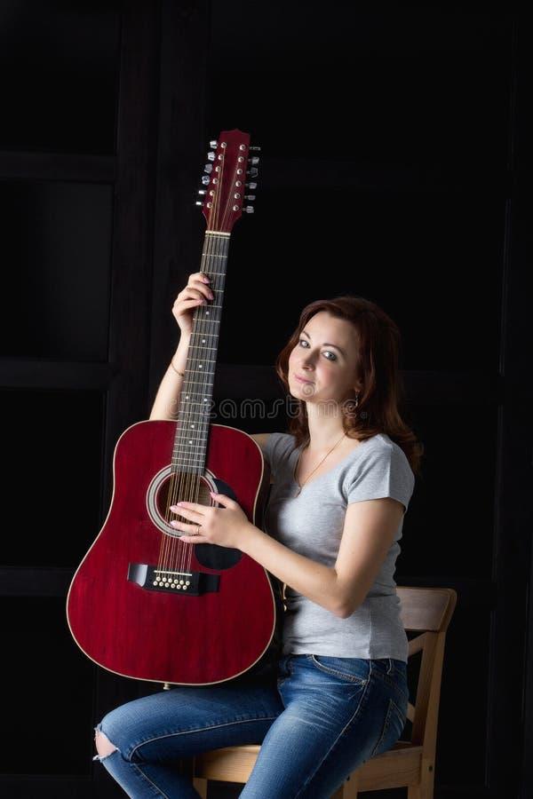 有吉他的女孩 免版税库存照片