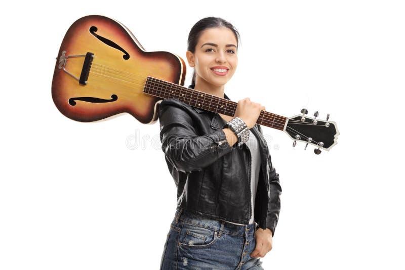 有吉他的快乐的岩石女孩 库存照片