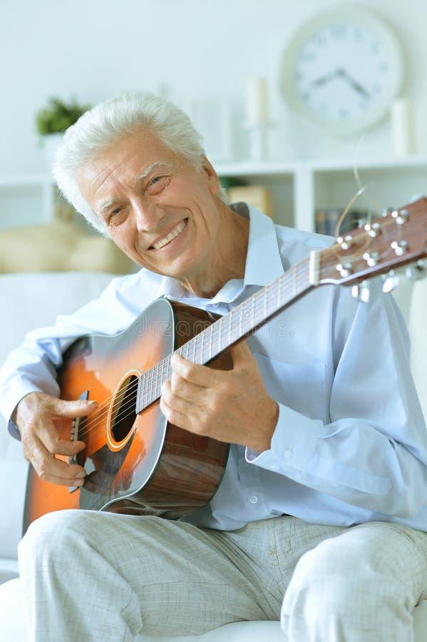 有吉他的愉快的老人 图库摄影