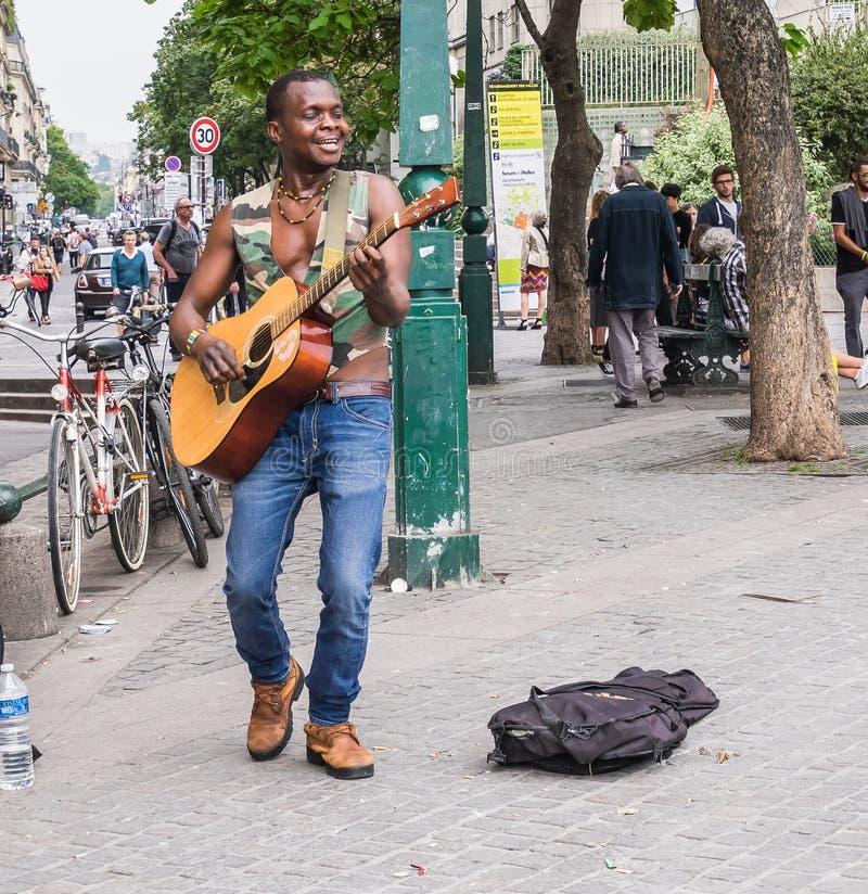 有吉他的非洲街道歌手在列斯Halles,巴黎,法国 库存图片