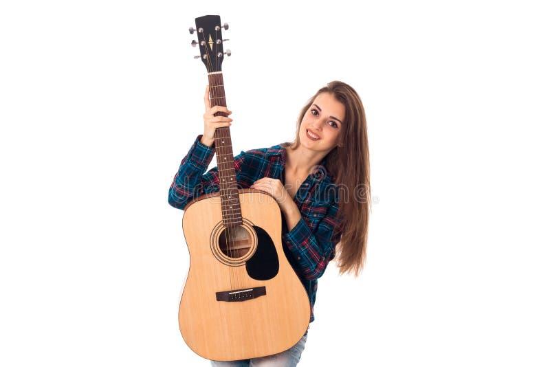有吉他的年轻迷人的深色的女孩 库存照片