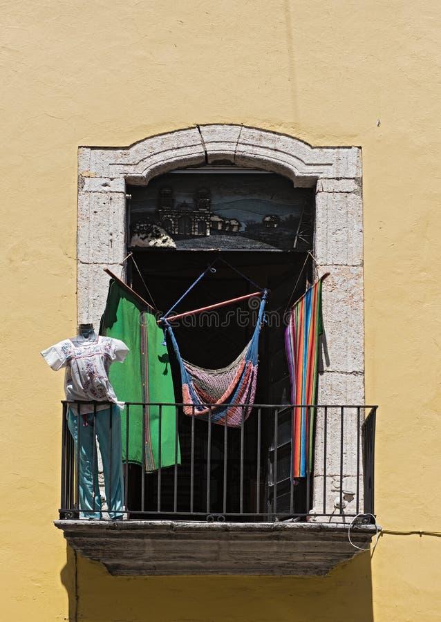 有吊床和衣物的阳台在梅里达,尤加坦,墨西哥 库存图片