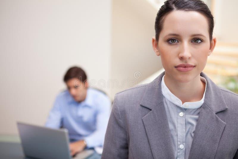 Download 有同事的女实业家他的在她之后的膝上型计算机的 库存照片. 图片 包括有 服务台, 白种人, 工作, 事业 - 22350072