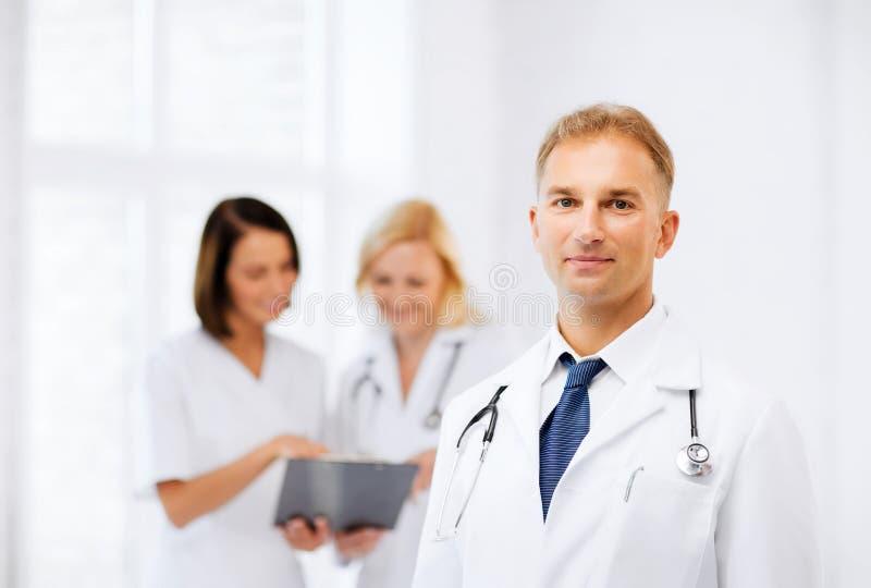 有同事的男性医生 免版税库存图片