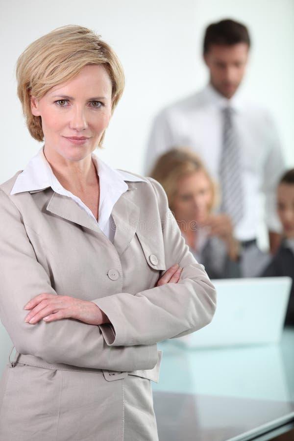 有同事的白肤金发的女实业家 库存照片