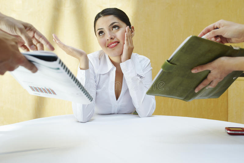 有同事的年轻迷茫的女商人 免版税库存图片
