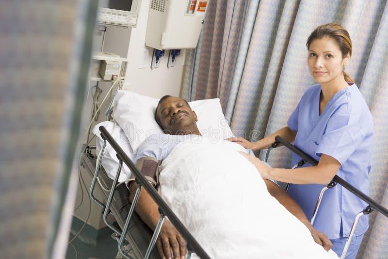 有同情心的护士患者 免版税库存图片