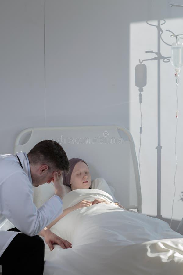 有同情心的癌症医师和不适的女孩 免版税图库摄影