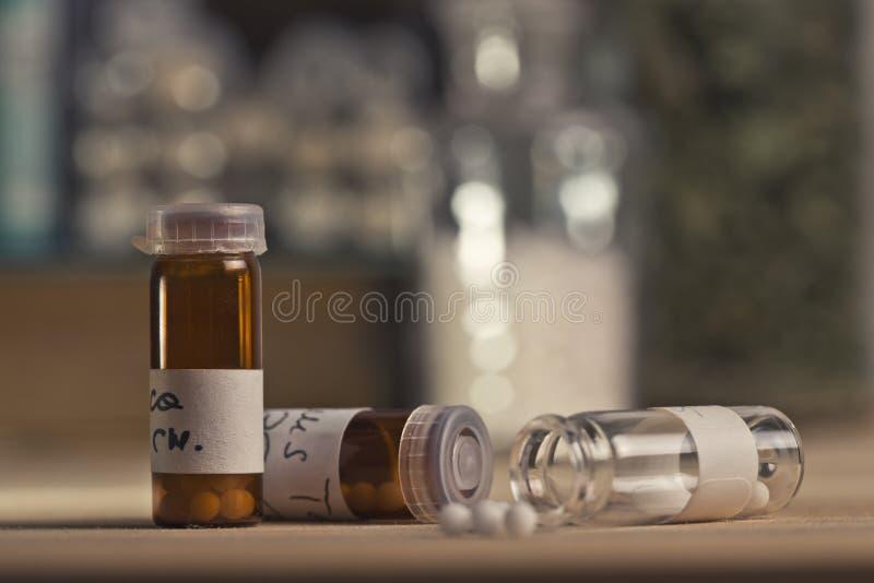 有同种疗法小球的瓶 免版税库存照片