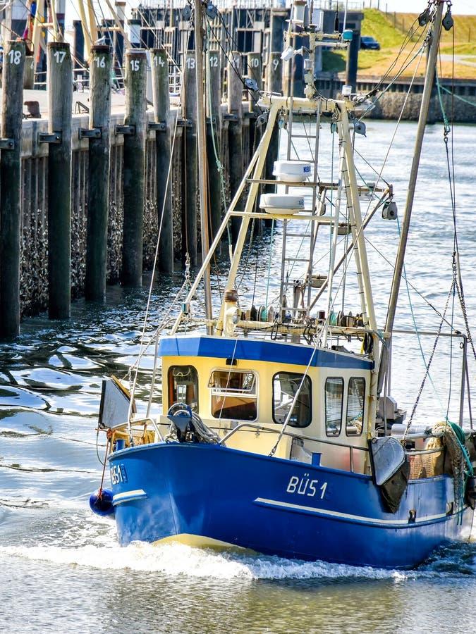 有名字的BÜS 1渔船在北部弗里西亚进入比苏姆港口在德国 图库摄影