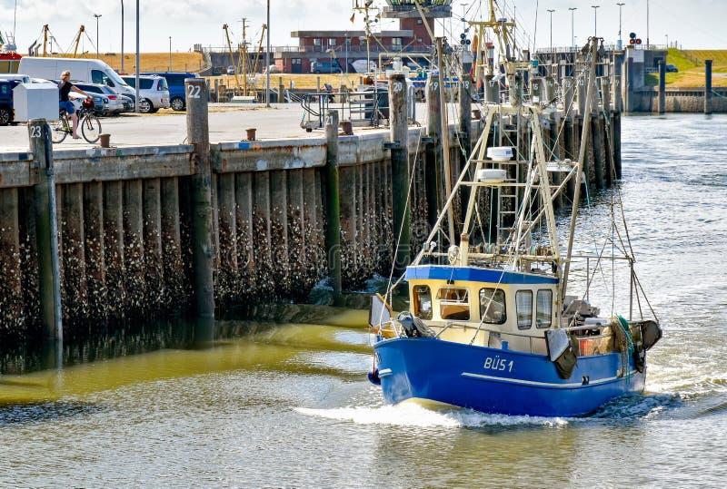 有名字的BÜS 1渔船在北部弗里西亚进入比苏姆港口在德国 免版税库存照片