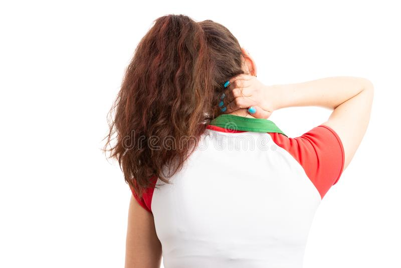 有后面观点的女性超级市场的工作者脖子痛 免版税图库摄影
