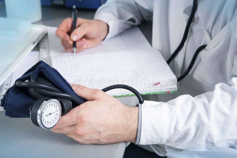 有听诊器、玻璃和长袍的医生 图库摄影