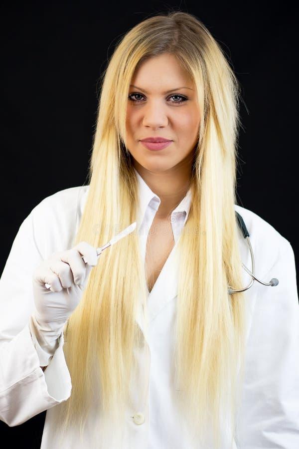 有听诊器和手术头皮的年轻美丽的女性医生 免版税库存图片