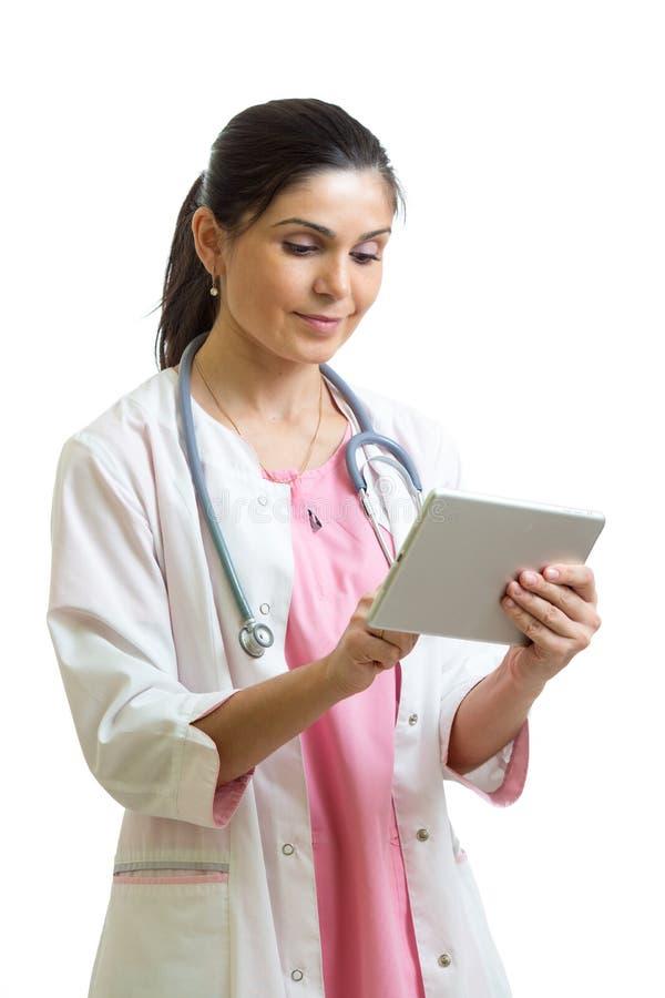 有听诊器和片剂个人计算机计算机的微笑的女性医生 医疗保健、医学和技术概念 免版税库存图片