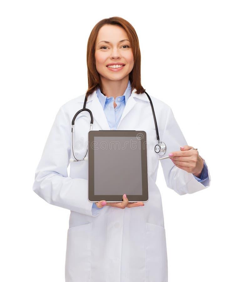 有听诊器和空白的片剂个人计算机屏幕的医生 库存图片