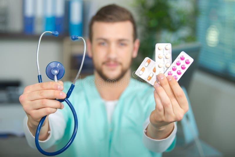 有听诊器和药片的医生 免版税图库摄影