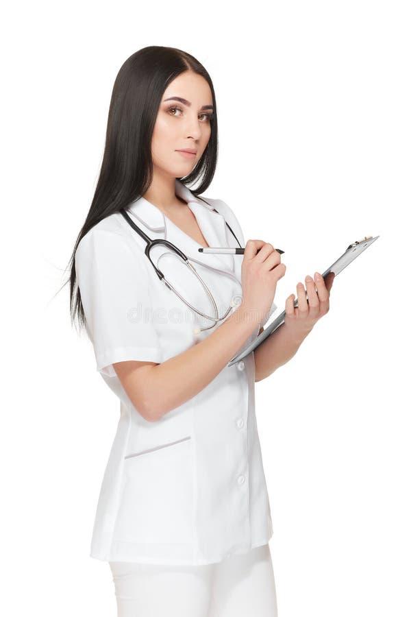 有听诊器的俏丽的护士在脖子registrating的患者附近 免版税库存照片