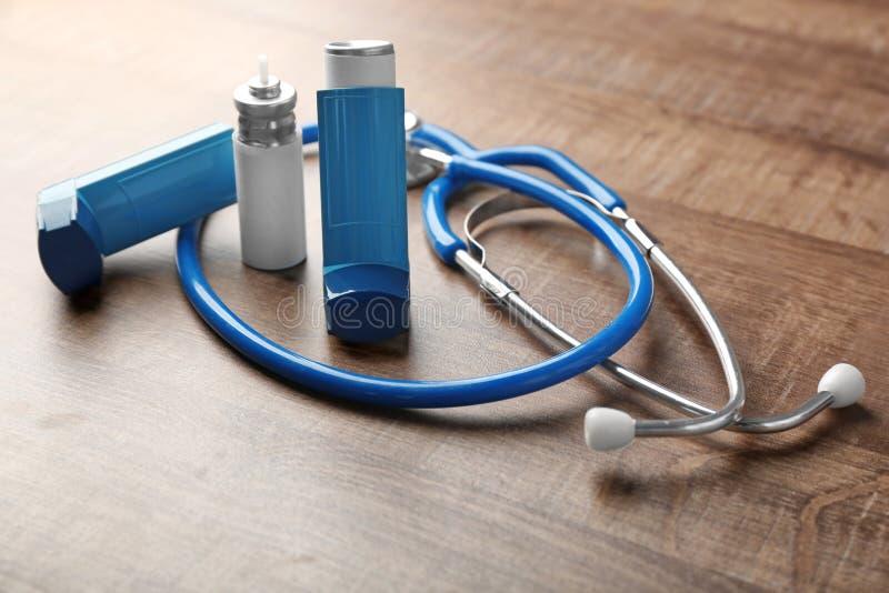 有听诊器的哮喘吸入器 图库摄影
