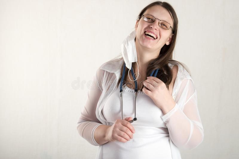 有听诊器的女性医生在医院 专业医学诊所实习者 医疗医疗保健 奶油被装载的饼干 免版税库存图片