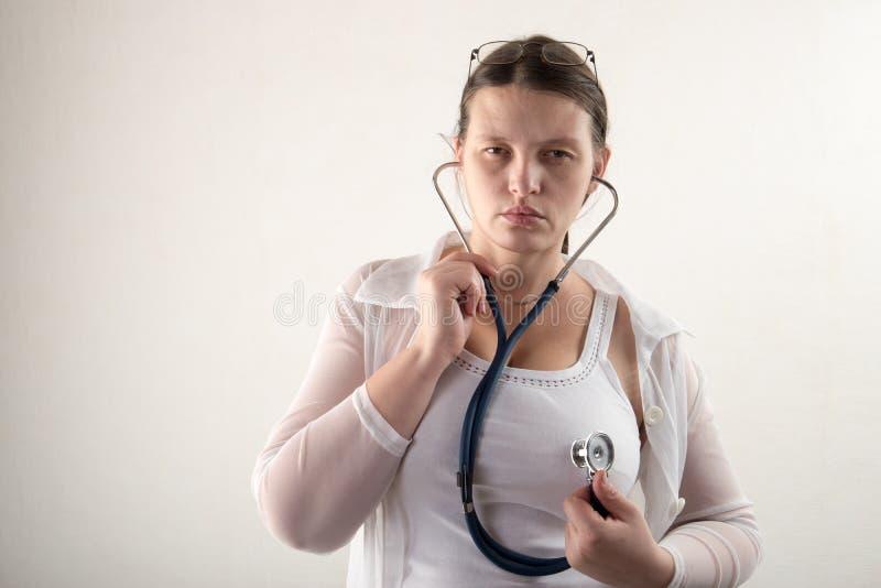 有听诊器的女性医生在医院 专业医学诊所实习者 医疗医疗保健 奶油被装载的饼干 库存图片