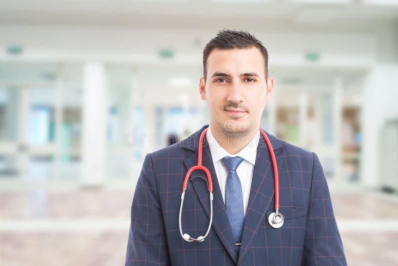 有听诊器的年轻英俊的医院经理 免版税图库摄影