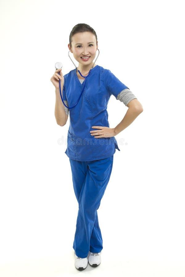 有听诊器的微笑的亚裔妇女医疗保健工作者 库存图片