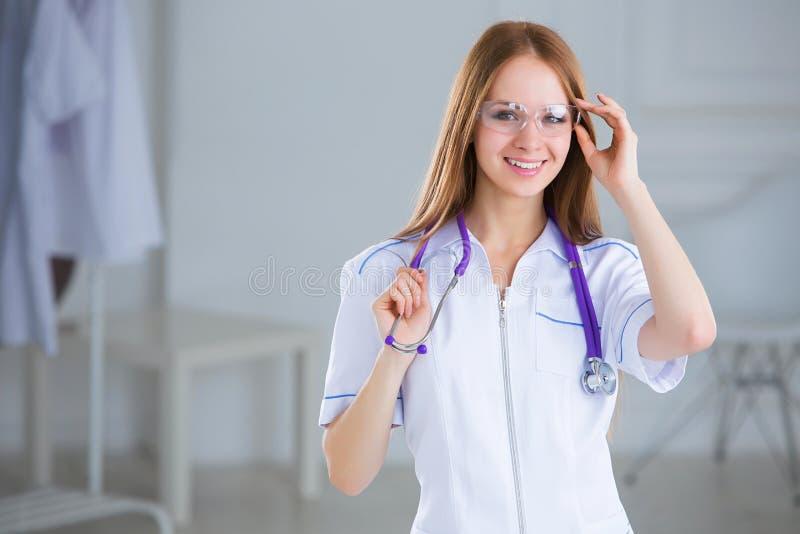有听诊器的微笑的家庭医生妇女 免版税库存图片