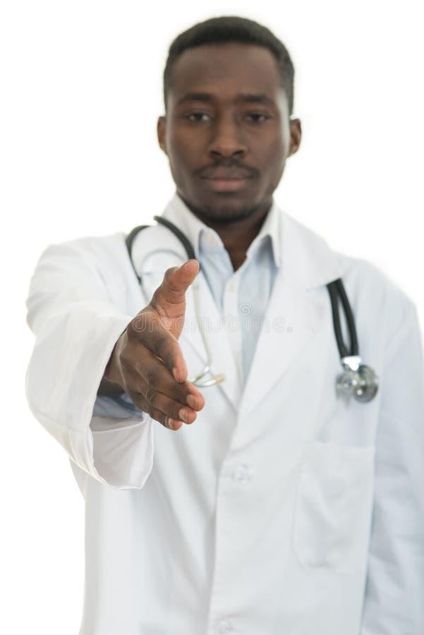 有听诊器的特写镜头画象微笑的黑医疗保健专业医生,给握手 免版税库存照片