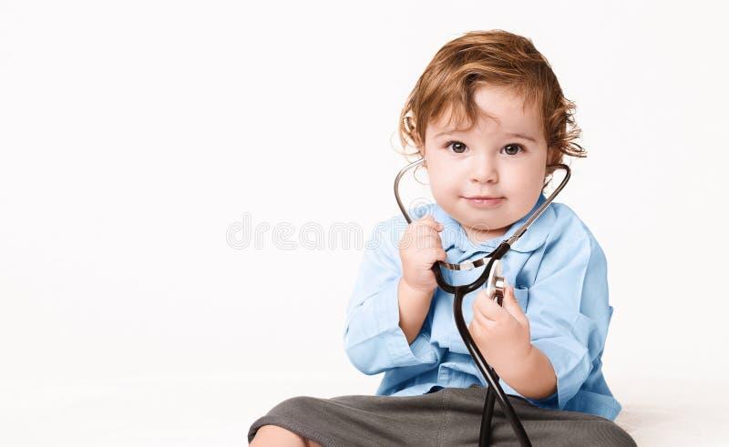有听诊器的甜婴孩在白色背景 免版税图库摄影