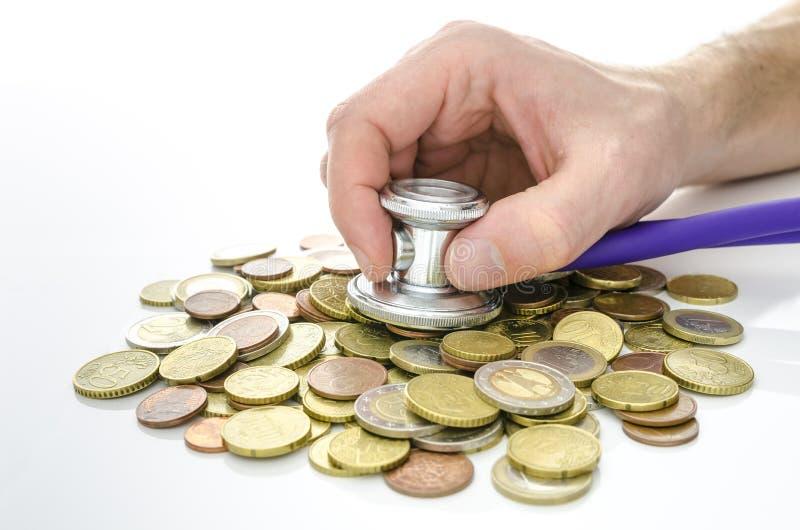有听诊器的男性手在欧洲金钱 免版税库存图片