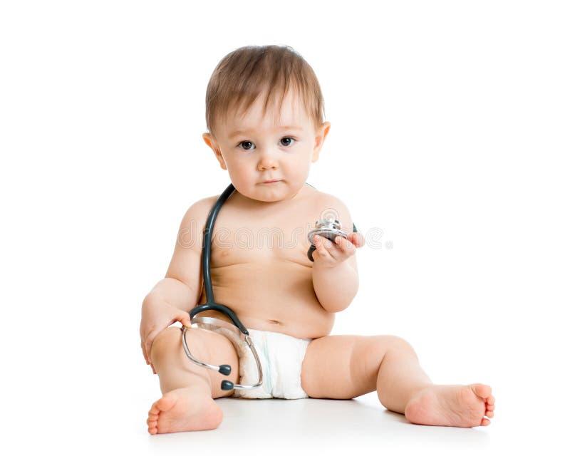有听诊器的逗人喜爱的男婴在手中 库存照片
