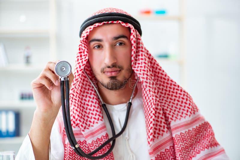 有听诊器的阿拉伯沙特医生在医院 图库摄影