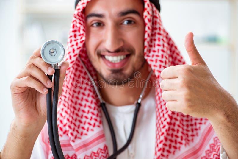 有听诊器的阿拉伯沙特医生在医院 免版税库存照片